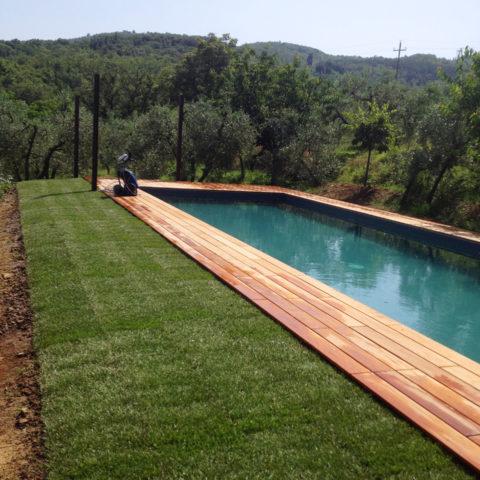 Installazione tappeto erboso piscine Valdambra Caiani Vivai Garden