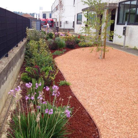 Realizzazione aiuole giardini per aziende Caiani Vivai Garden